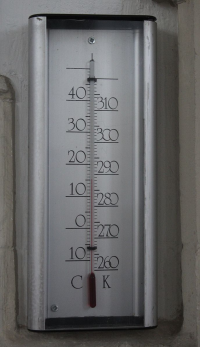 "Thermomètre gradué en devrés Celsius et en degrés Kelvin. (fichier Wikimedia Commons : ""CelsiusKelvinThermometer"") - licence CC-BY-SA 3.0 (https://creativecommons.org/licenses/by-sa/3.0//deed.fr) Martinvl, 2014"