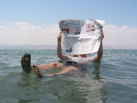 "La flottaison est facilitée dans la mer Morte, très salée et très dense. (fichier Commons : ""Dead_sea_newspaper"") - licence CC-BY-SA 3.0 (https://creativecommons.org/licenses/by-sa/3.0/) Ranveig, 2005"