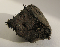 "Magnétite et limaille de fer. (fichier Commons : ""Magnetite_with_iron_shavings"") - licence CC-BY-SA 3.0 (https://creativecommons.org/licenses/by-sa/3.0/) Ra'ike, 2008"