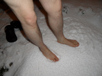 "Les pieds d""un homme sur la neige. (fichier Commons : ""Human_feet_in_snow"") - licence CC-BY-SA 4.0 (https://creativecommons.org/licenses/by-sa/4.0/) Phulvar, déc. 2012"