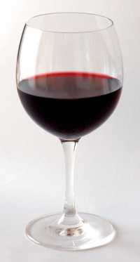 "Un verre de vin rouge. (fichier Wikimedia Commons : ""Red_Wine_Glass"") - licence CC-BY-SA 3.0 (https://creativecommons.org/licenses/by-sa/3.0//deed.fr) Karwath André (Aka Aka), 2004"