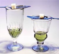 "Deux verres d'absinthe. (fichier Commons : ""Two-absinthe-glasses.jpg"") - licence CC-BY-SA 2.5 (https://creativecommons.org/licenses/by-sa/2.5/deed.en) Litton Eric, 2006"