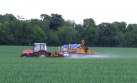 "Écotoxicité : épandange (aspersion) d'un pesticide sur une culture. (fichier Commons : ""Crop_Spraying,_Shropshire_-_geograph.org.uk_-_443522"") - licence CC-BY-SA 2.0 (https://creativecommons.org/licenses/by-sa/2.0/) Kidd Roger, 2007"
