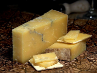 "Cheddar Montgomerys (fromage). (fichier Wikimedia Commons : ""Montgomerys_cheddar_cheese"") (domaine public) Sullivan Jon, 2013"