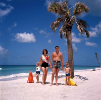"Une famille en Floride : fille (soeur), mère, père, fils (frère). (fichier Commons : ""Unidentified_family_at_the_beach_near_Sarasota,_Florida_(9417324962)"") (domaine public) State Library and Archives of Florida, vers 1970"