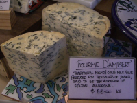 "Fourme d'Ambert. (fichier Commons : ""800px-Fourme_D'Ambert_AUD68_per_kg_-_Wine_and_Cheese_Providores"") - licence CC-BY-SA 2.0 (https://creativecommons.org/licenses/by-sa/2.0/) Alpha, 2007"