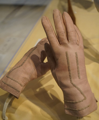 "Gants de cuir obtenus par mégissage et brodés. Musée de Chaumont. (fichier Wikimedia Commons : ""Gants_broDéS_Tréfousse_Chaumont_31636"") - licence CC-BY-SA 4.0 (https://creativecommons.org/licenses/by-sa/4.0//deed.fr) Garitan G., 2017"