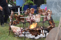 "Viande rôtie à la broche. (fichier Wikimedia Commons : ""Ofto_(cretan_roast_meat)_or_Antikristo_(cretan_roasted_meat_around_the_fire)"") - licence CC-BY-SA 1.0 à 4.0 Wagner67, 2018 (https://creativecommons.org/licenses/by-sa/4.0/)"
